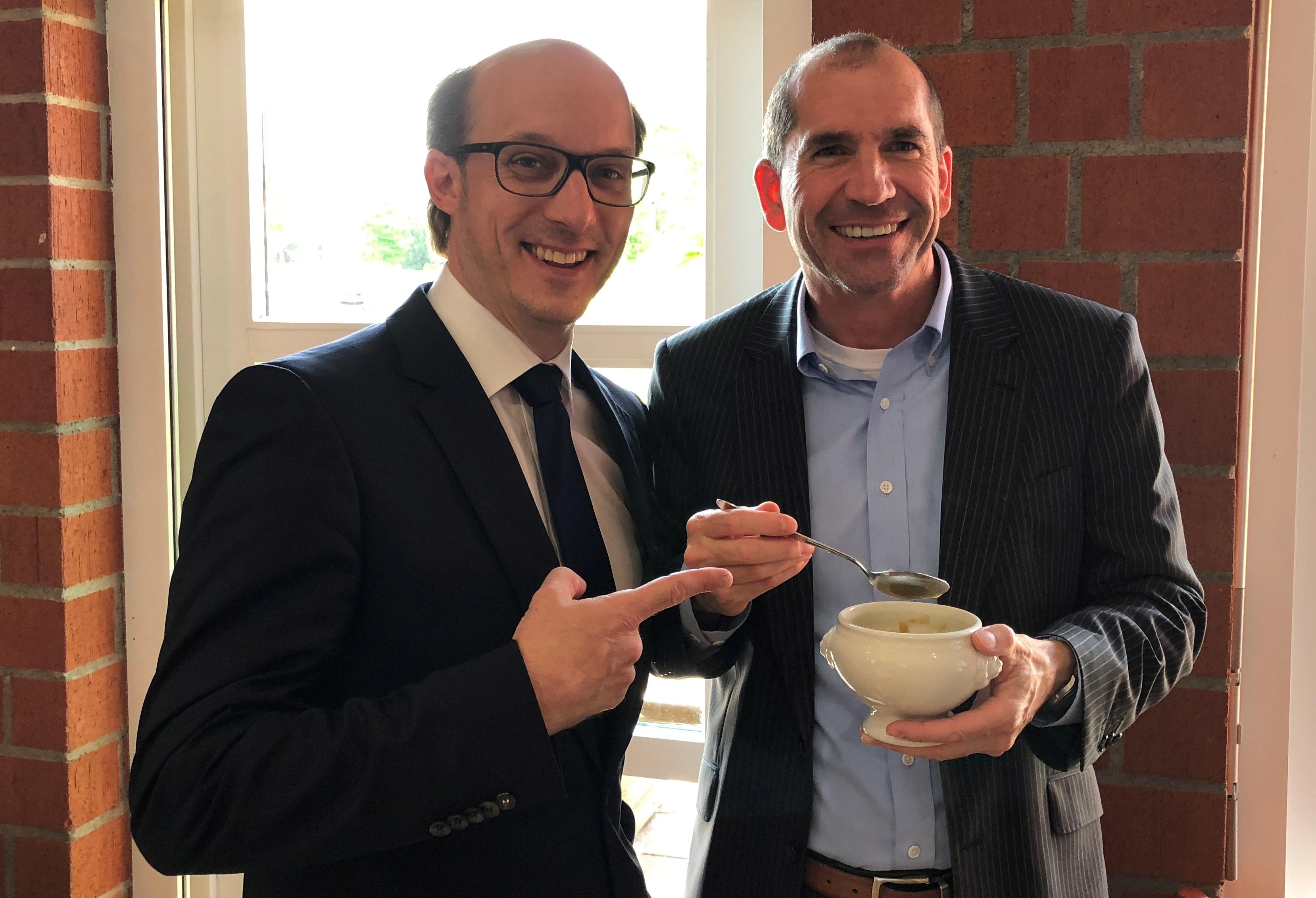 Dennis B. Hornig und Patrick Kaiser (J.P. Morgan Asset Management) mit leckerer Kartoffelsuppe